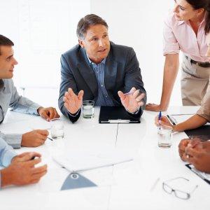 Кто выше по должности директор или руководитель