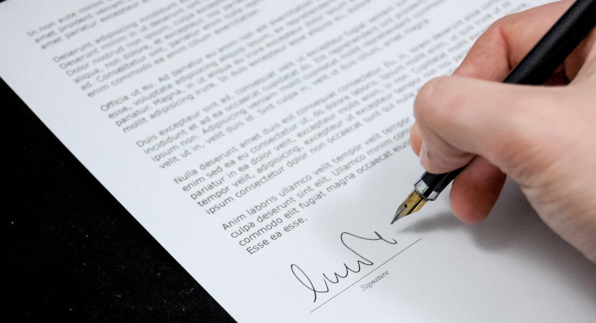 Подпись договора о принятии на работу