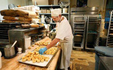 Пекарь в мини-пекарне