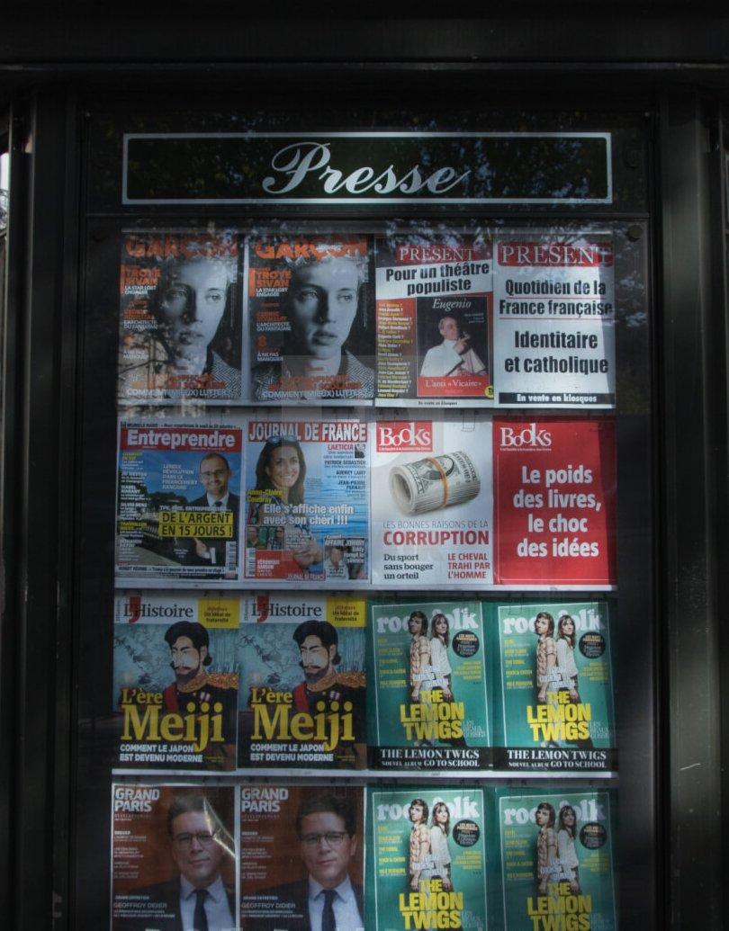 Покупка книжки в киоске с прессой