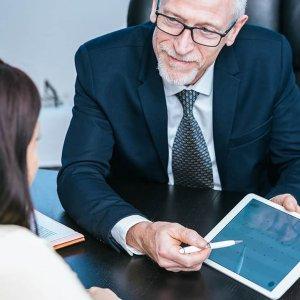 Правила, этапы и особенности приема на работу пенсионера
